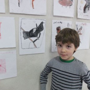 Un oiseau avec un crayon bic qui ne marche plus, on a fait des marques, et avec du fusain.